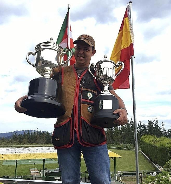 José Luis Rodríguez Uris, con los dos trofeos conquistados.