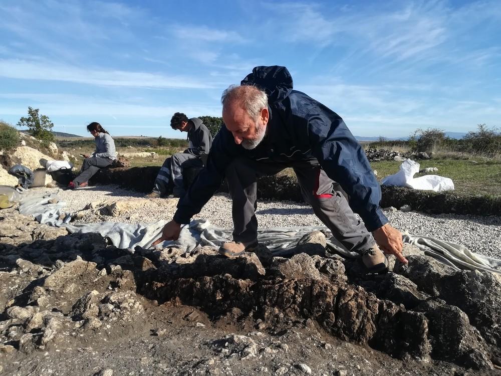 Las lajas de arenisca que el arqueólogo Manuel Rojo señala delimitan el pasillo de la tumba.