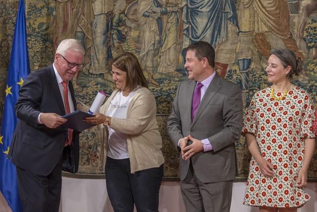 Rafael Gismero recoge el distintivo de Construcciones Gismero. Yolanda Lancha