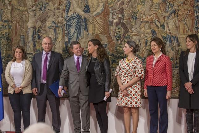 Carmen Ruano, responsable de Administración de Unitel, recoge el distintivo.  Yolanda Lancha