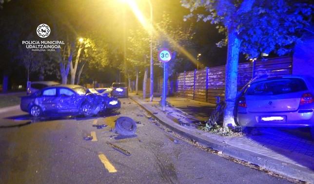 Conduce borracho y choca contra varios coches en Pamplona