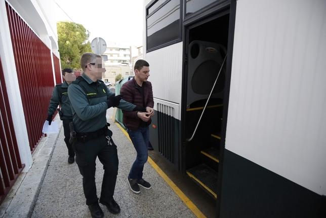 Uno de los detenidos a la entrar al autobús de la Guardia Civil en Manzanares Fotos Rueda Villaverde