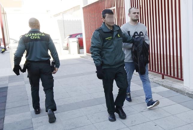 Uno de los detenidos a la llegada a los juzgados de Manzanares Fotos Rueda Villaverde