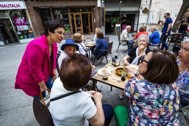 Pilar Zamora dialoga con un grupo de mujeres Rueda Villaverde