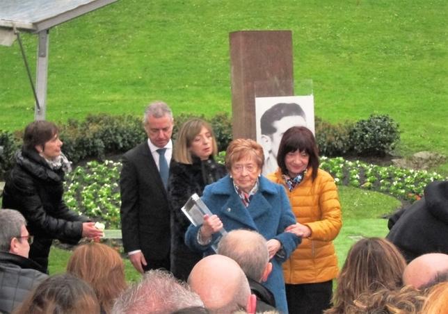 La viuda y las tres hijas de Monasterio han acudido al homenaje.