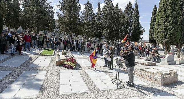 El patio 31 del cementerio de Toledo, que acaba de ser dignificado, fue ayer el lugar elegido para rendir un homenaje a las víctimas del franquismo.  Víctor Ballesteros