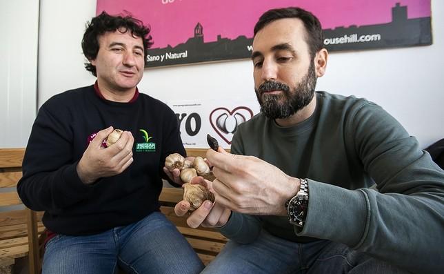 El empresario Luis José García y el cocinero César García, comprueban las propiedades y cualidades gastronómicas del ajo negro. Reyes Martínez