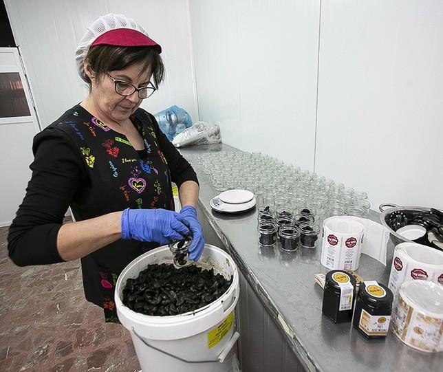 La compañía Mouse Hill envasa y comercializa ajo negro en los países del Reino Unido.  Reyes Martínez