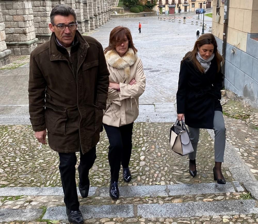 Los padres y la viuda de Barrio a su llegada al juzgado