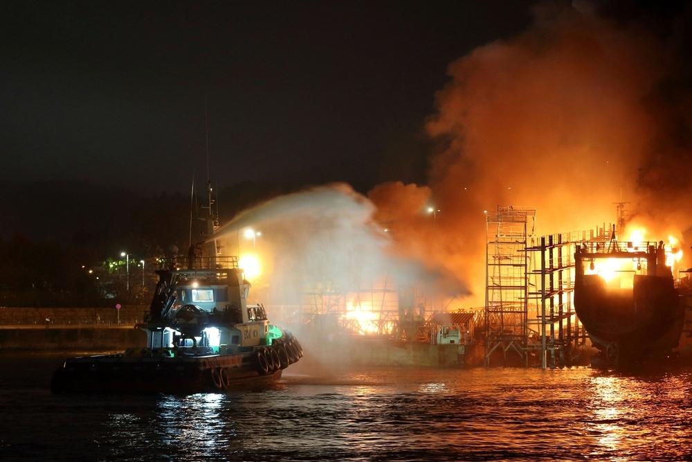 Registran un voraz incendio en un astillero de Pontevedra