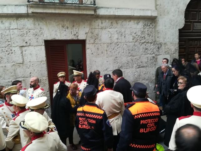Integrantes de la Agrupación de Protección Civil atienden a un miembro de la banda, que ha sufrido un desvanecimiento.