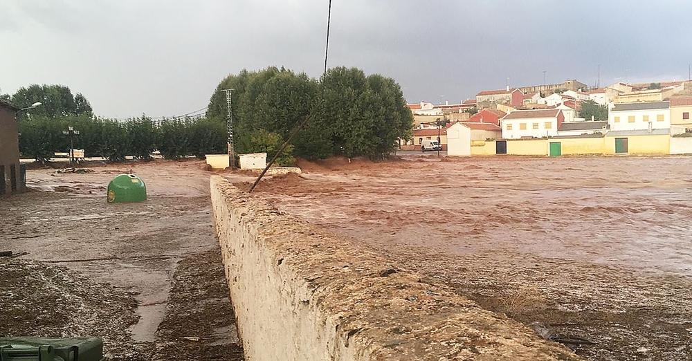 El agua inunda varias calles de Ossa de Montiel