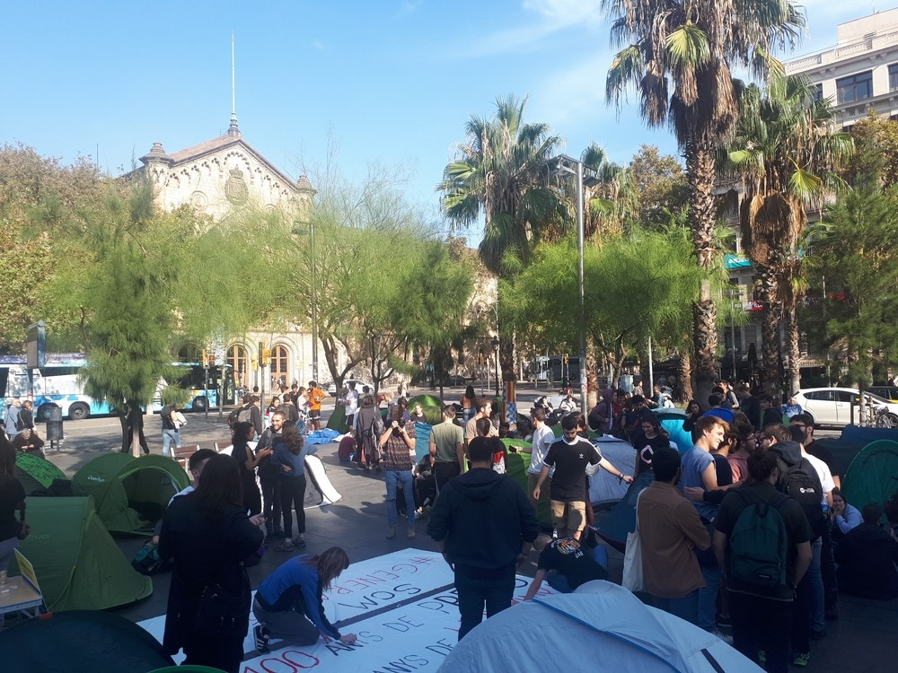 200 estudiantes inician una acampada indefinida en Barcelona