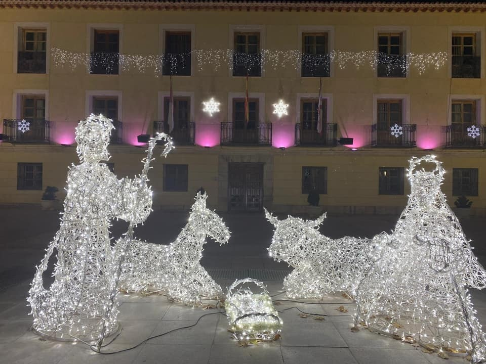 Tradicional belén luminoso en la plaza del Ayuntamiento de Tarancón, encendido desde el día 5.