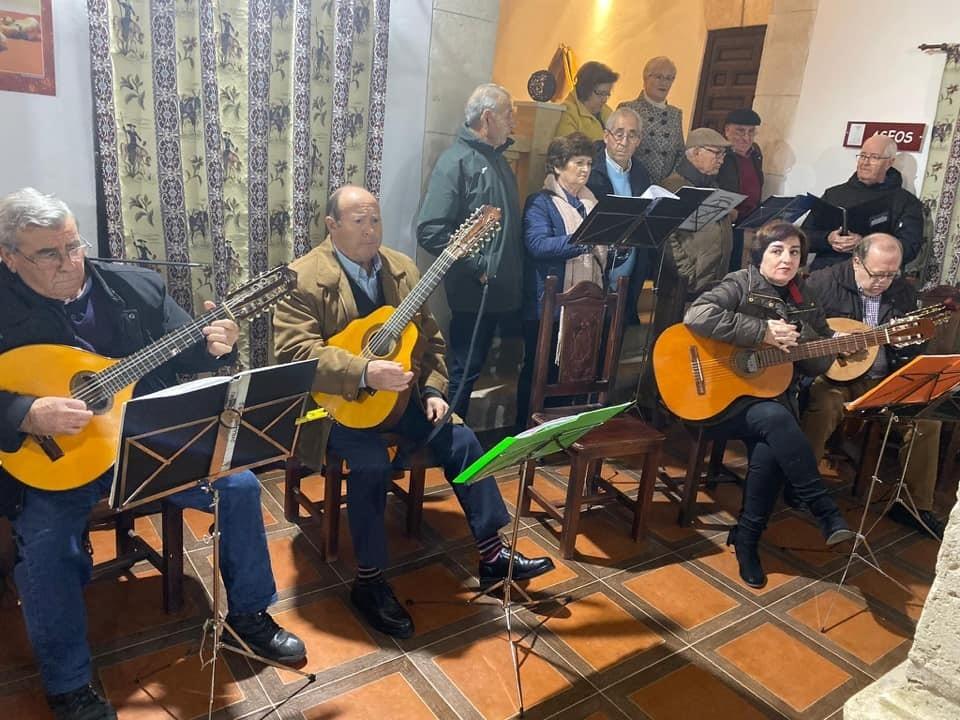 Actuación de la rondalla Los Manchegos en Casa Parada, en la inauguración de la Navidad taranconera 2019-2020.
