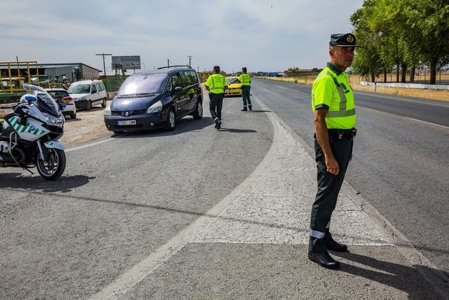 Agentes de la Guardia Civil durante un control de carretera