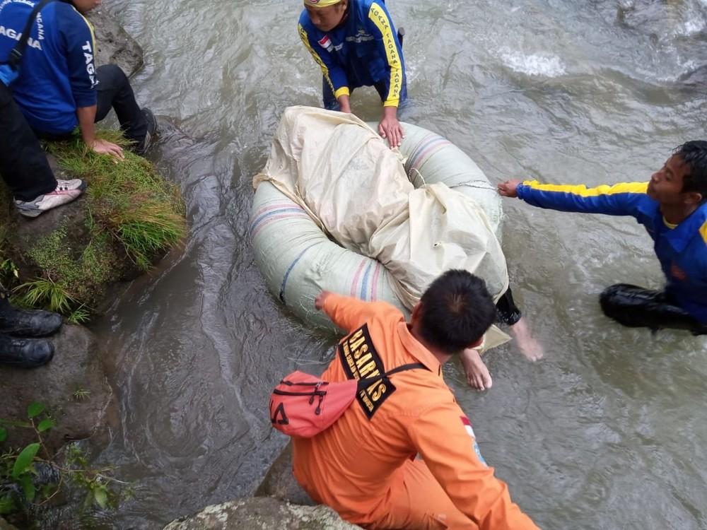 26 muertos tras caer por un barranco un autobús en Indonesia