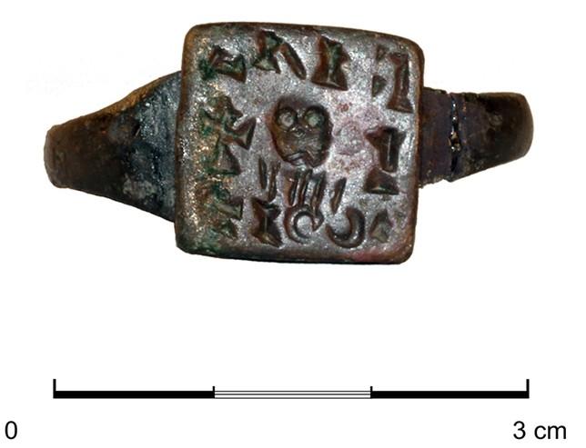 Anillo signatario hallado en el cementerio tardoantiguo en la zona de las Pizarras de Coca (Segovia)