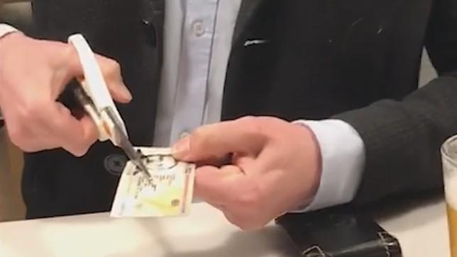 El Parlamentario Jokin Castiella rompe su DNI en un vídeo