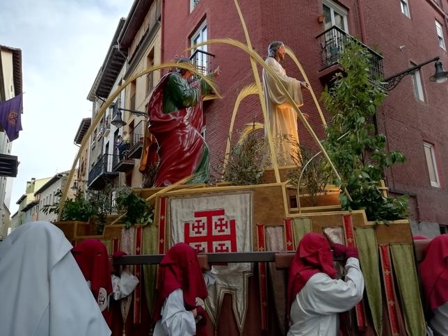 Miles de navarros arropan la procesión del Santo Entierro