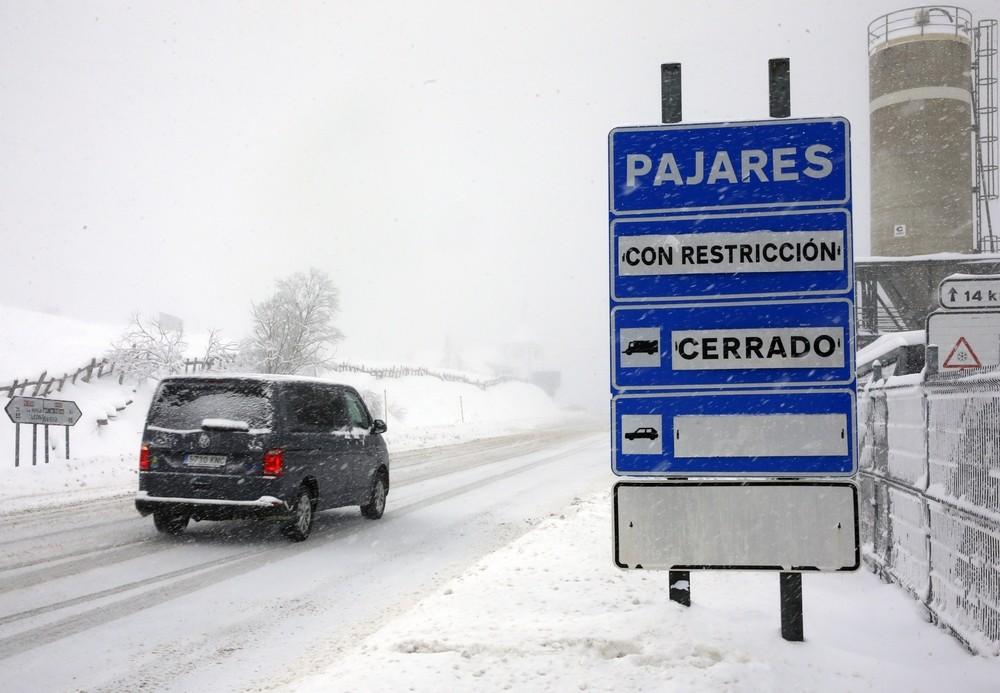 Carreteras cortadas y autobuses atrapados por el temporal