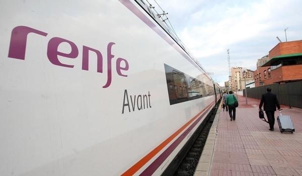Un tren Avant, en la estación de Valladolid