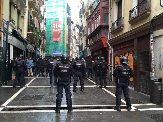 La policía acordona el casco viejo de Pamplona  Javi Ortega