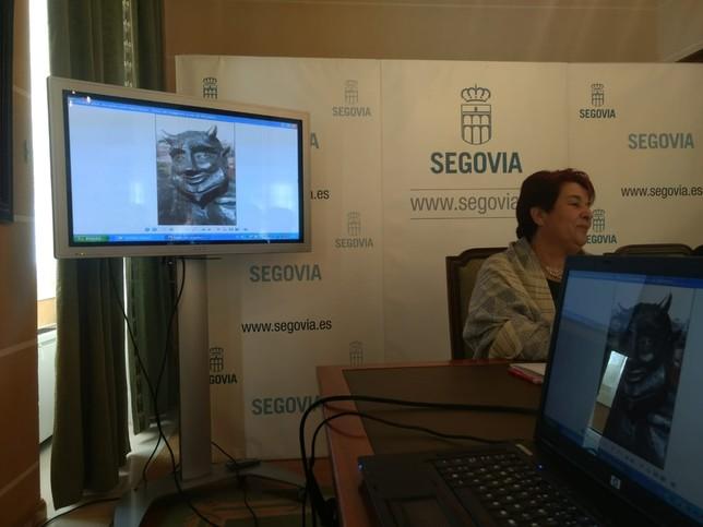 la alcaldesa durante la presentación de la escultura D.S.