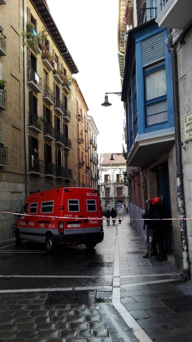 Agentes de policía foral en las inmediaciones del Palacio Marqués de Rozalejo esta mañana  Ainhoa Hernández