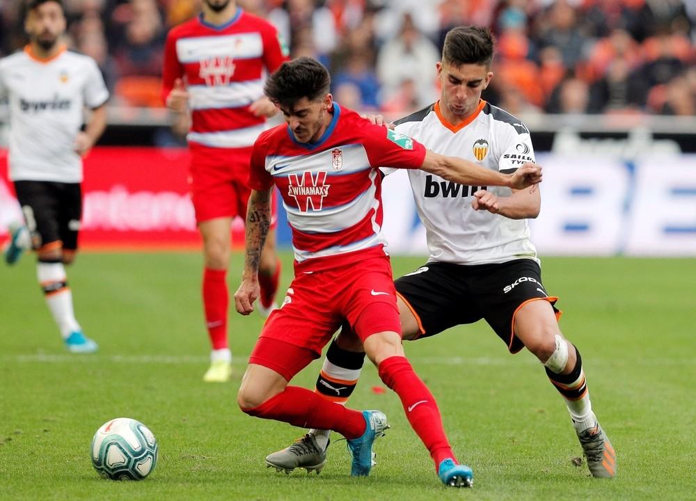El Valencia suda para ganar al Granada