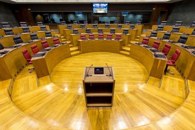 Hualde abre una primera ronda de contactos en el Parlamento