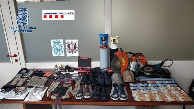 Imagen de algunos de los efectos intervenidos a los arrestados.  C. N. P.