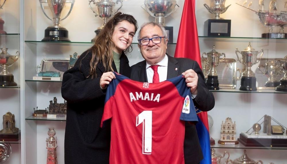 Una rojilla más: Amaia Romero anima a Osasuna en el Sadar