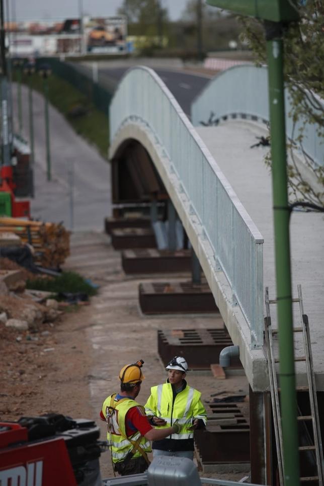 Cortan al tráfico la BU-11 para colocar la nueva pasarela