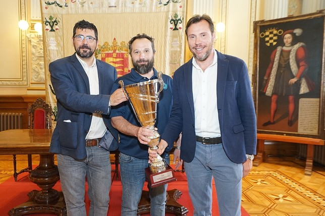 El campeón ofrece la Copa a la capital