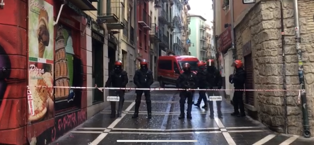 Agentes de la policía foral acordonan las inmediaciones del palacio Marqués de Rozalejo Javi Ortega
