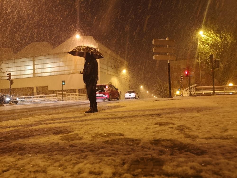 La nieve cae con fuerza en la capital