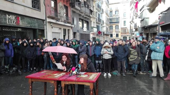 Los jóvenes han ofrecido una rueda de prensa en la calle Chapitela de Pamplona Alberto Amigot