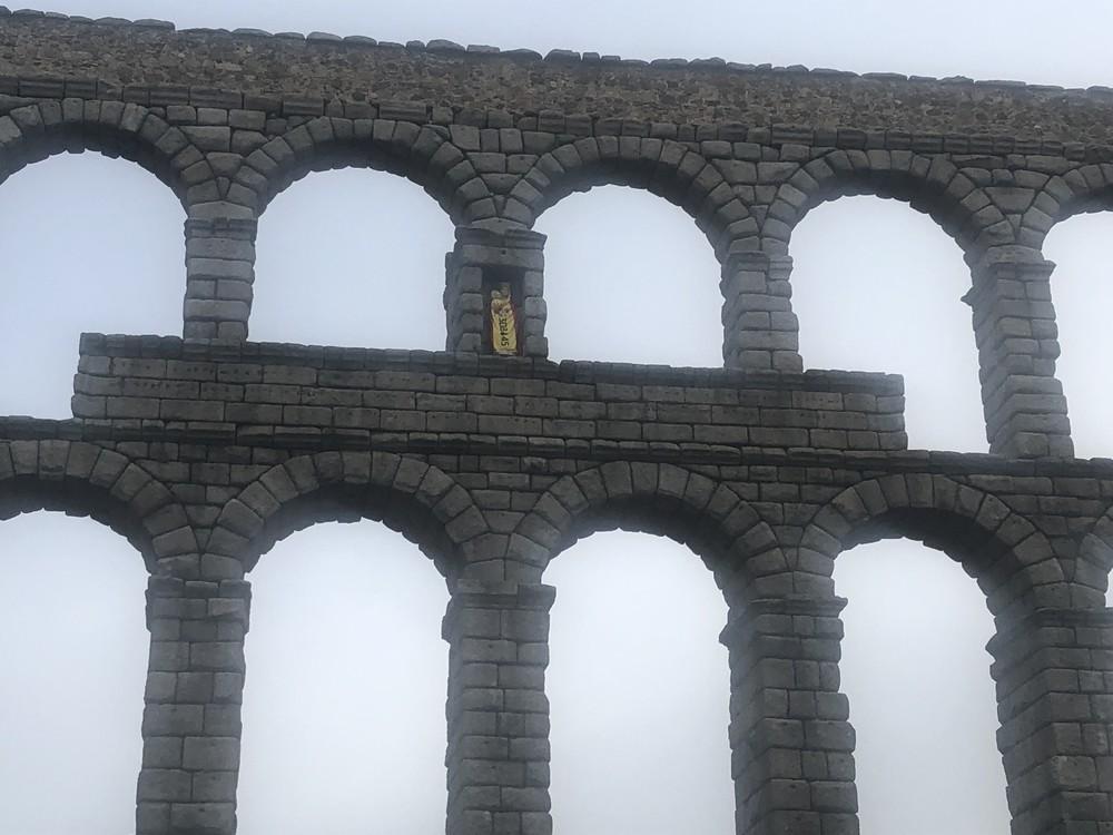 Los artilleros colocan la bandera en la Virgen del Acueducto