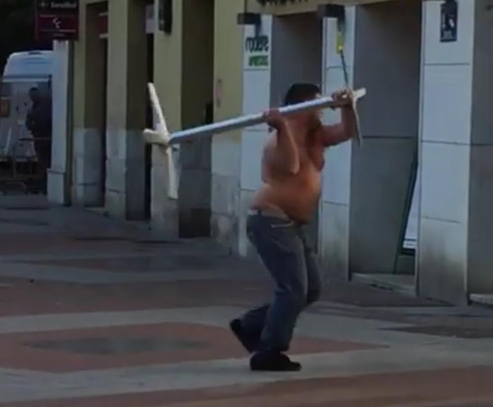 El hombre, sin camiseta, atacando comercios y escaparates de plaza de España.