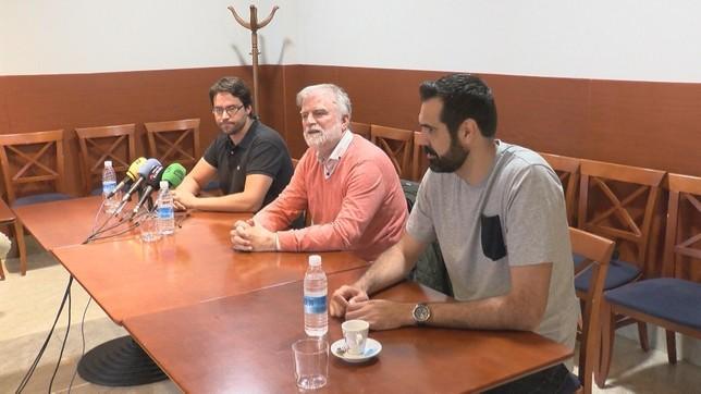 El presidente de Basket Navarra, Javier Sobrino, flanqueado por Xabi Jiménez y Hernández Sonseca en la rueda de prensa de este miércoles