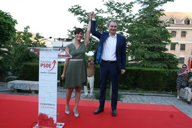 El expresidente del Gobierno levanta el brazo de la candidata a la Alcaldía de Puertollano.
