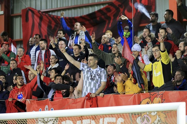 La grada de animación apoyando al equipo durante un partido en Anduva. En el vídeo, durante el partido de ida de la eliminatoria en la Ciudad Wanda. FOTO: Truchuelo // Vídeo: CD Mirandés