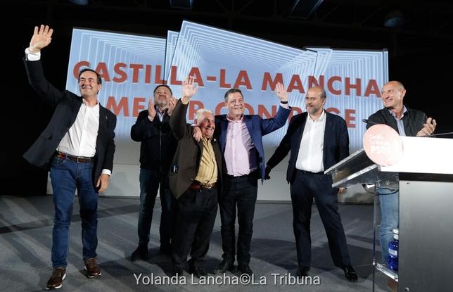 Page subió al escenario con Bono y con un vecino que le ha seguido todo el día por los pueblos en los que se ha parado en Cuenca. Cuenca. Yolanda Lancha