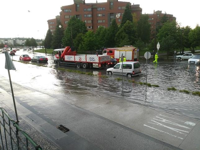 Así ha quedado la calle Juan Ramón Jiménez por la tormenta.