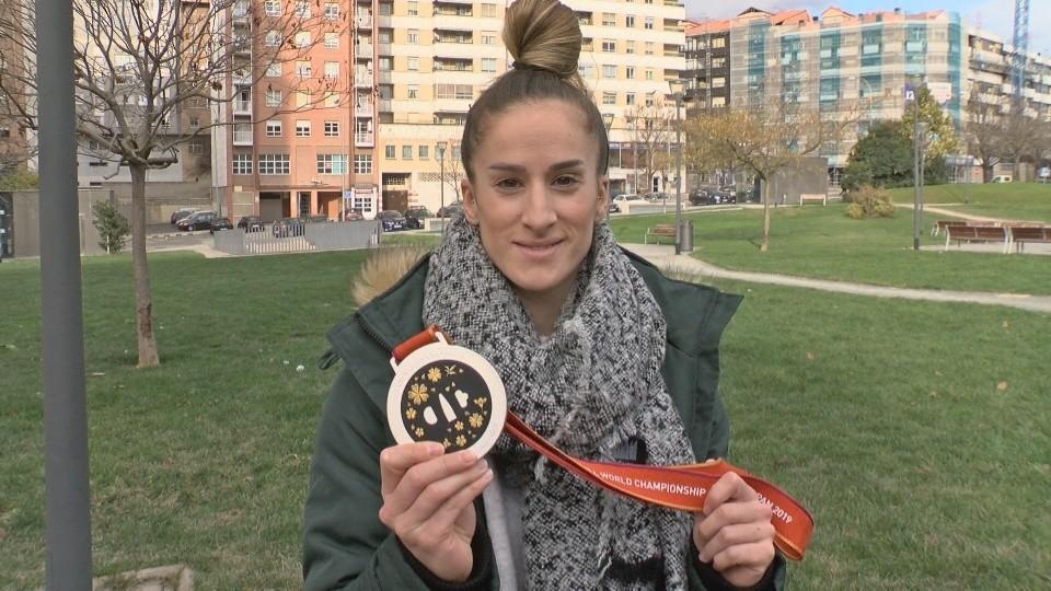Nerea Pena muestra la medalla de plata obtenida en el Mundial de Japón