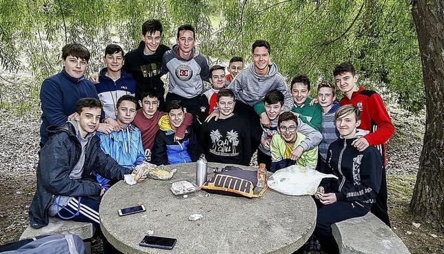 Jóvenes briviescanos, en la romería.