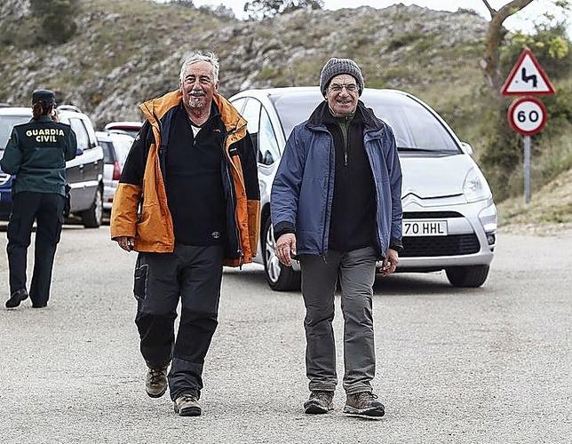 Miguel Ángel Salinas y José María del Río llegan tras la caminata.