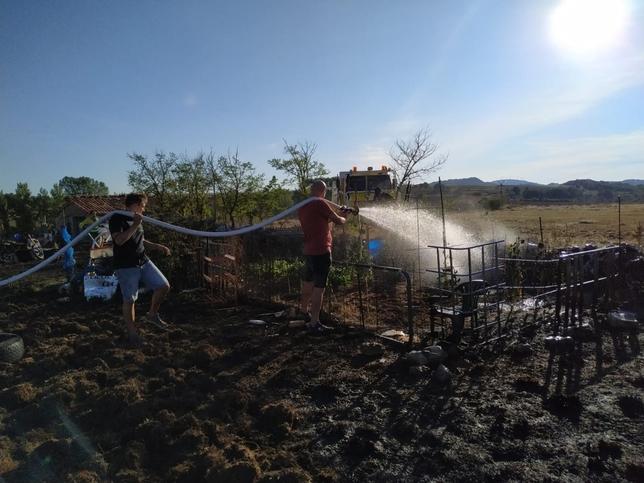 Los vecinos de Pesadas se unen para mantener a raya al fuego