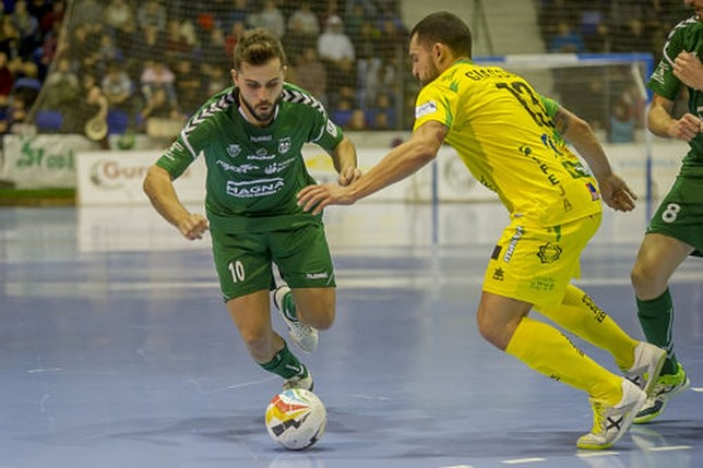 Rafa Usín se va de un oponente del Jaén FS NATV